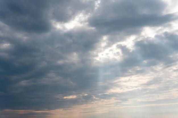 Nubes mullidas en un cielo azul