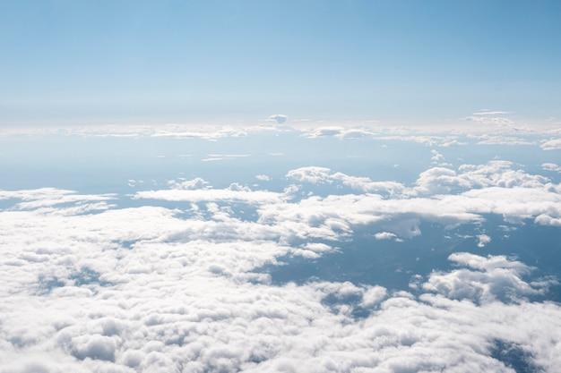 Nubes mullidas vistas desde el avión