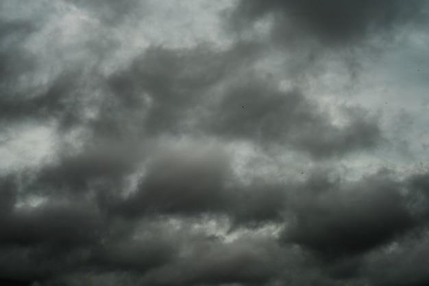 Nubes negras y tormenta lluviosa en muy mal tiempo.