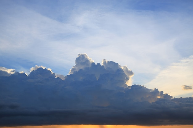 Nubes oscuras antes de la lluvia sobre fondo de cielo azul.