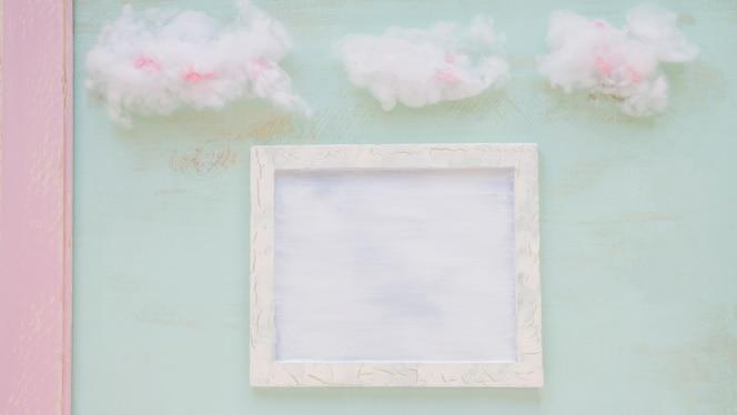Nubes sobre el marco blanco