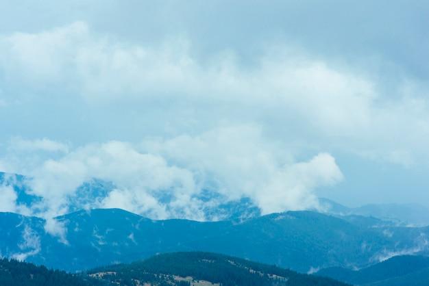 Nubes sobre el paisaje natural de las montañas verdes.