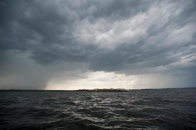 Nubes de tormenta en el cielo del horizonte en el lago de los bosques, ontario