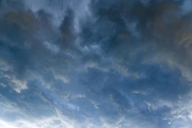 Nubes de tormenta gris oscuro