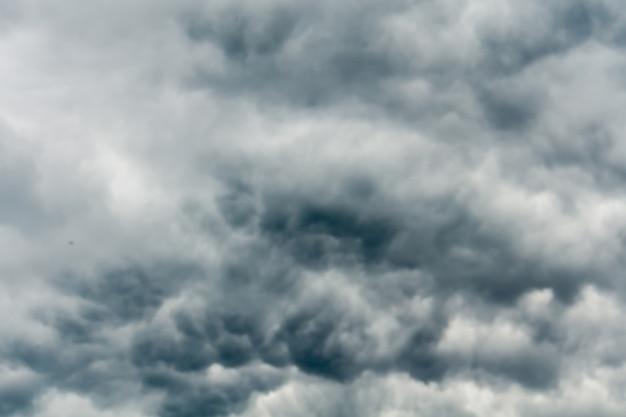 Nubes de tormenta gris siniestro