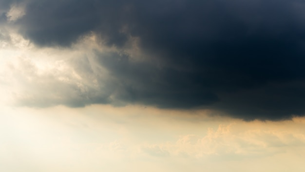 Nubes de tormenta con la lluvia
