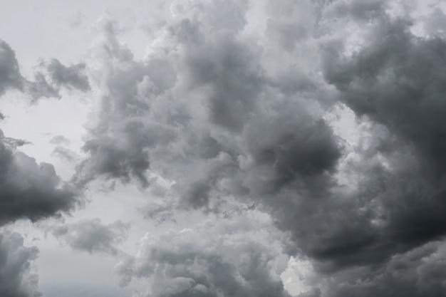 Nubes de tormenta oscuras antes de la lluvia usada para el fondo del clima.
