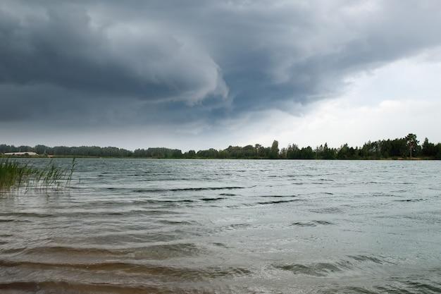 Nubes de tormenta sobre el agua