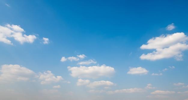 Nublado blanco con fondo de cielo azul
