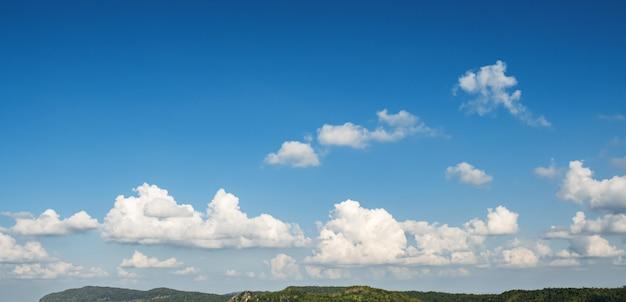Nublado con cielo azul sobre la montaña
