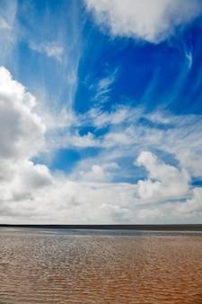 Nublado paisaje playa