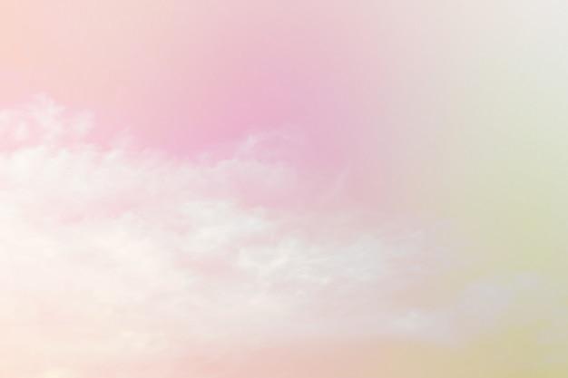 Nublado suave es pastel degradado, fondo de cielo abstracto en color dulce.