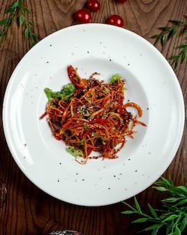 Nuddles chino con verduras sobre la mesa