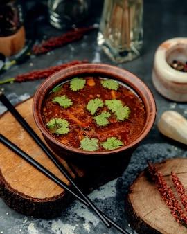 Nuddles sopa de miso sobre la mesa