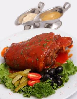 Nudillo de cerdo con pepinillos y verduras