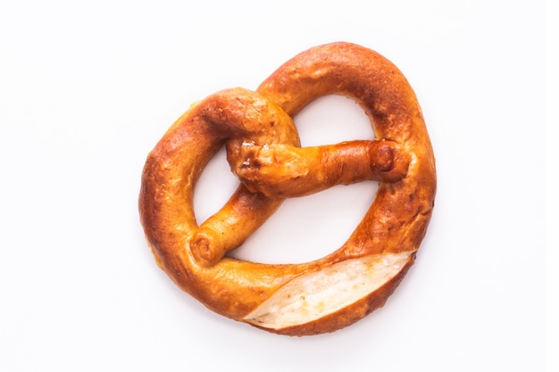 Nudo retorcido hecho en casa pretzels sal blando en el fondo blanco