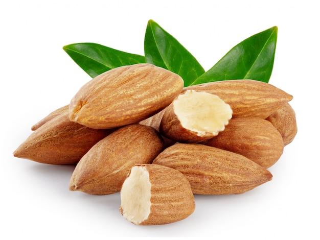 Nueces almendras con tres hojas verdes