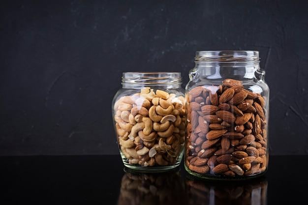 Nueces de anacardo y almendras en tarro