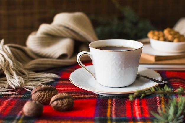 Nueces y bebidas cerca de la bufanda