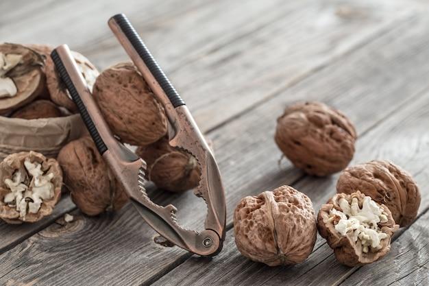 Nueces y cascanueces en mesa de madera