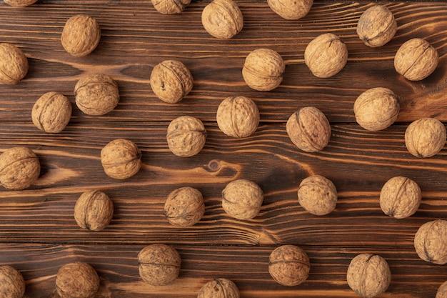 Nueces de cáscara dura sobre superficie de madera