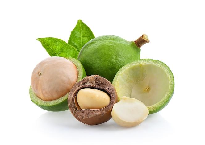 Nueces de macadamia aisladas en el fondo blanco.