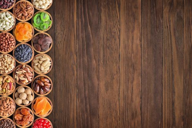 Nueces y frutos secos con copia espacio mesa. bocadillos saludables en la parte superior, fondo de alimentos.