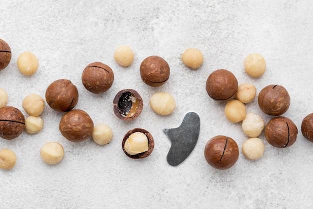 Nueces de macadamia de alta vista dentro de rollos de chocolate