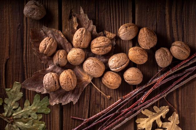 Nueces en mesa de madera con hojas