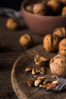 Nueces orgánicas de primer plano listas para ser servidas
