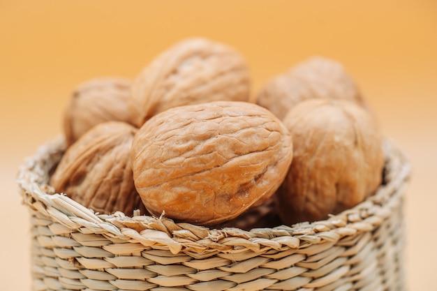 Nueces orgánicas saludables en una cesta de paja