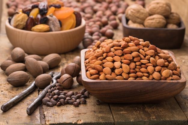 Nueces y semillas peladas en cuencos de madera