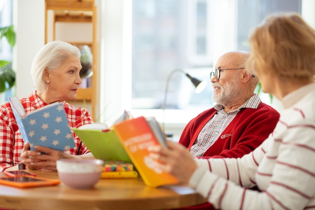 Nuestro hobby. gente agradable e inteligente hablando de libros mientras tiene una reunión del club de lectura