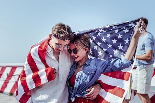 Nuestro secreto. persona del sexo masculino guapo sosteniendo la bandera mientras acaricia a su novia
