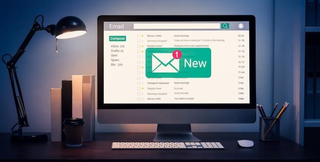 Nueva alerta de correo electrónico en la computadora, mensaje de conexión de comunicación a letras globales en el lugar de trabajo.
