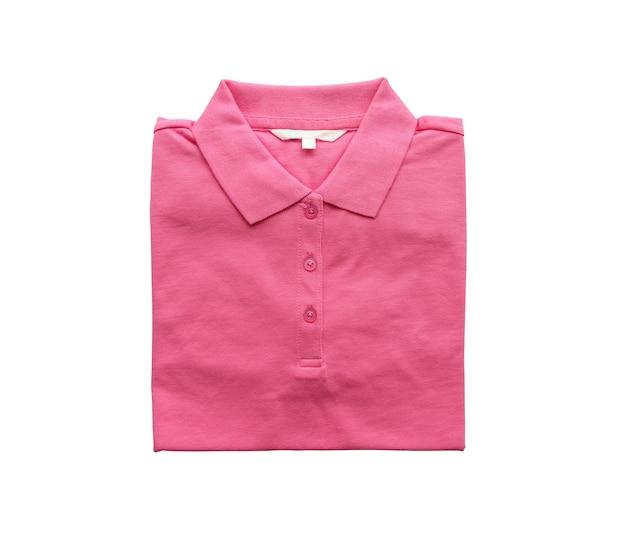 Nueva camisa rosa doblada con etiqueta de ropa en blanco aislado sobre fondo blanco.
