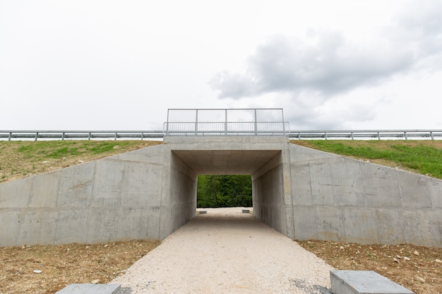 Nueva carretera de reciente construcción en el distrito de brcko, bosnia y herzegovina