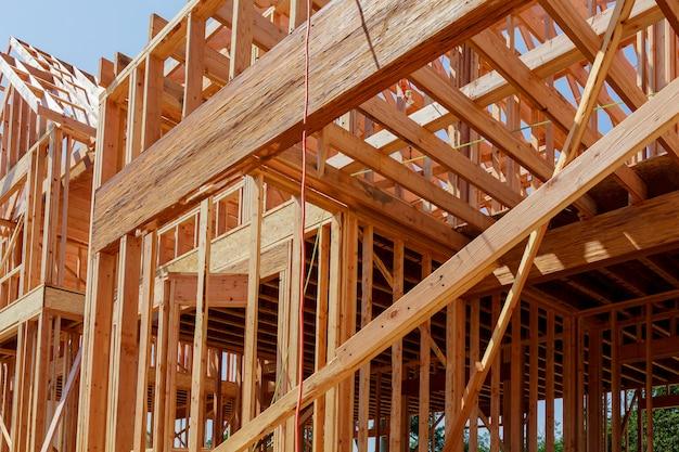 Nueva casa de construcción residencial enmarcada con vista al techo.