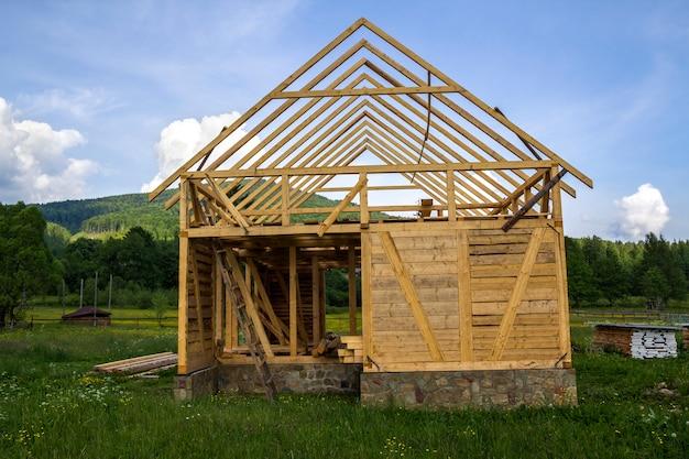 Nueva casa de madera en construcción en un tranquilo barrio rural.