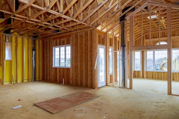 Nueva construcción de viviendas enmarcado de una casa en construcción