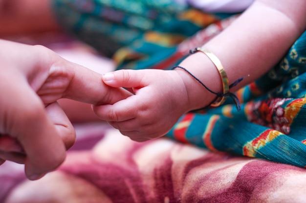 Nueva mano bebé nacido, india