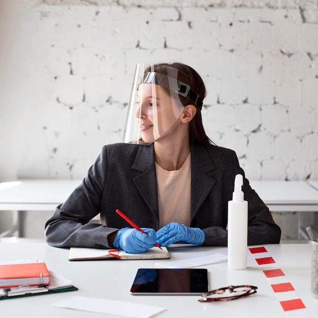 Nueva normalidad en la oficina con protector facial