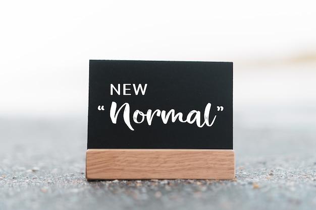 Nueva palabra mormal en concepto de tablero negro.