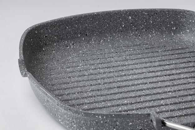Nueva sartén antiadherente de cerámica sobre fondo blanco.