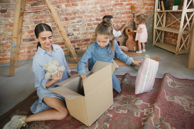 Nueva vida. la familia adulta se mudó a una nueva casa o apartamento. los cónyuges e hijos se ven felices y confiados
