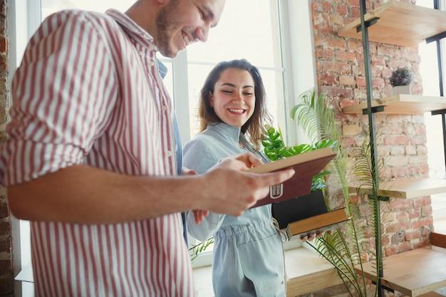 Nueva vida. pareja joven se mudó a una nueva casa o apartamento.