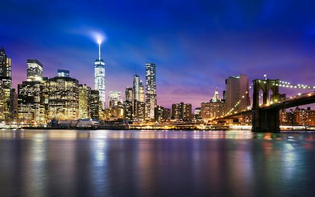 Nueva york: hermosa puesta de sol sobre manhattan con manhattan y el puente de brooklyn