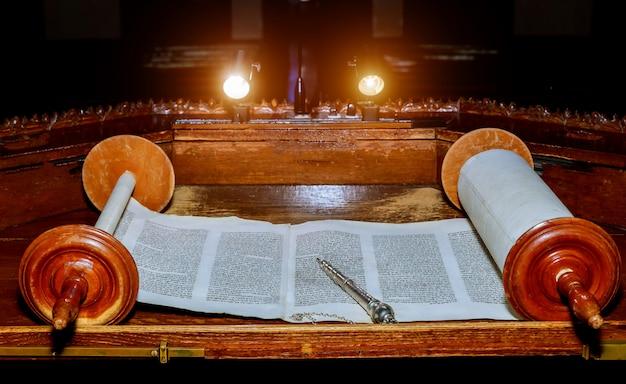 Nueva york, ny, marzo de 2019. antiguo libro de pergamino de la torah judía