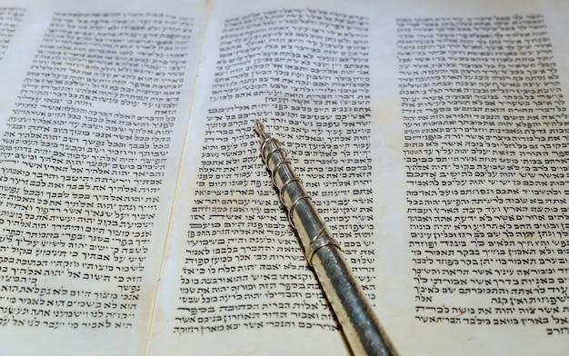 Nueva york, ny, marzo de 2019. antiguo libro de pergamino de la torah religiosa hebrea