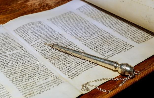 Nueva york, ny, marzo de 2019. la torá hebrea, una sinagoga, días festivos judíos, durante las cartas del libro de pergamino antiguo.